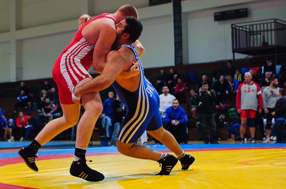 Štefan Vojčák (červený) zápasí za povzbudzovania divákov počas MSR v zápasení seniorov voľným štýlom 2011. Štefan obsadil tretie miesto vo svojej váhovej kategórii do 120kg, Bratislava, Sobota 12.11.2011