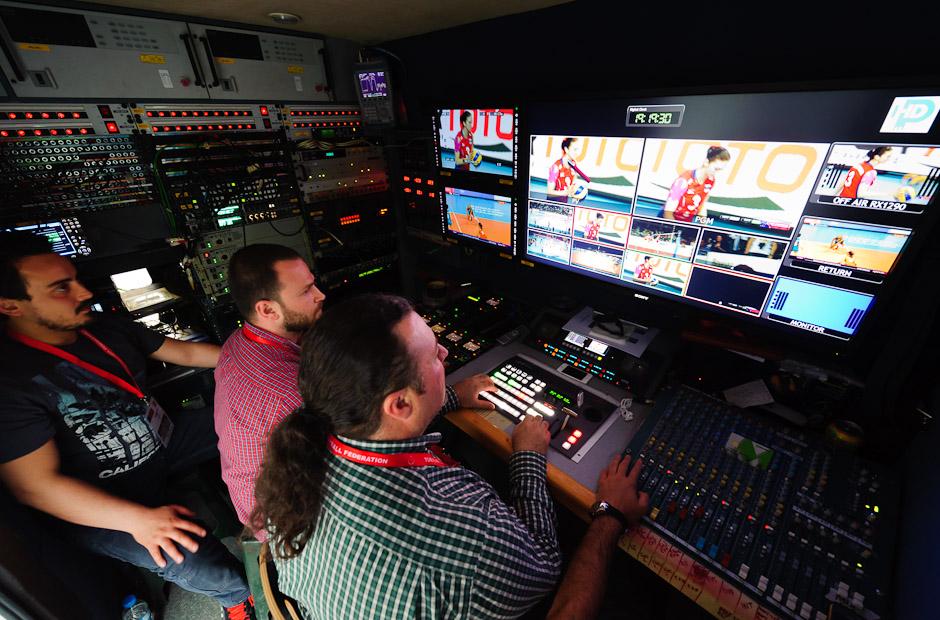 Televízny tím pri práci na televíznom prenose počas zápasu Holandsko - Rusko, Olympíjska kvalifikácia žien vo volejbale na XXX. Hry Olympiády v Londýne, Ankara - Turecko, Piatok 4.5.2012