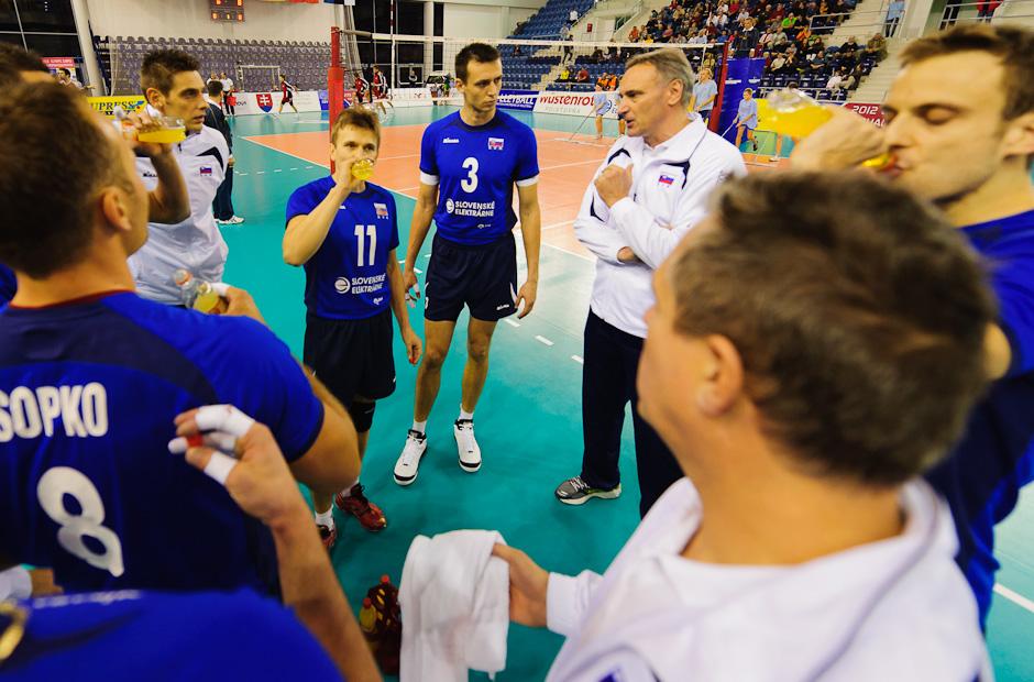 Tréner Chrtiansky dohovára hráčom cez timeout počas olympíjskej predkvalifikácie. Utorok 22.11.2011, Poprad