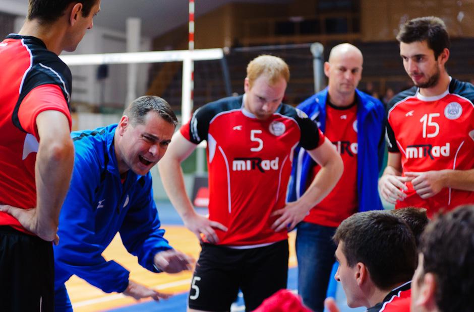Nahnevaný tréner Prešova, Ľuboslav Šalata sa snaží v zápase Volley Team UNICEF Bratislava proti VK MIRAD PU Prešov motivovať hráčov k lepšiemu výkonu, hala PKO, Bratislava, 12.11.2011