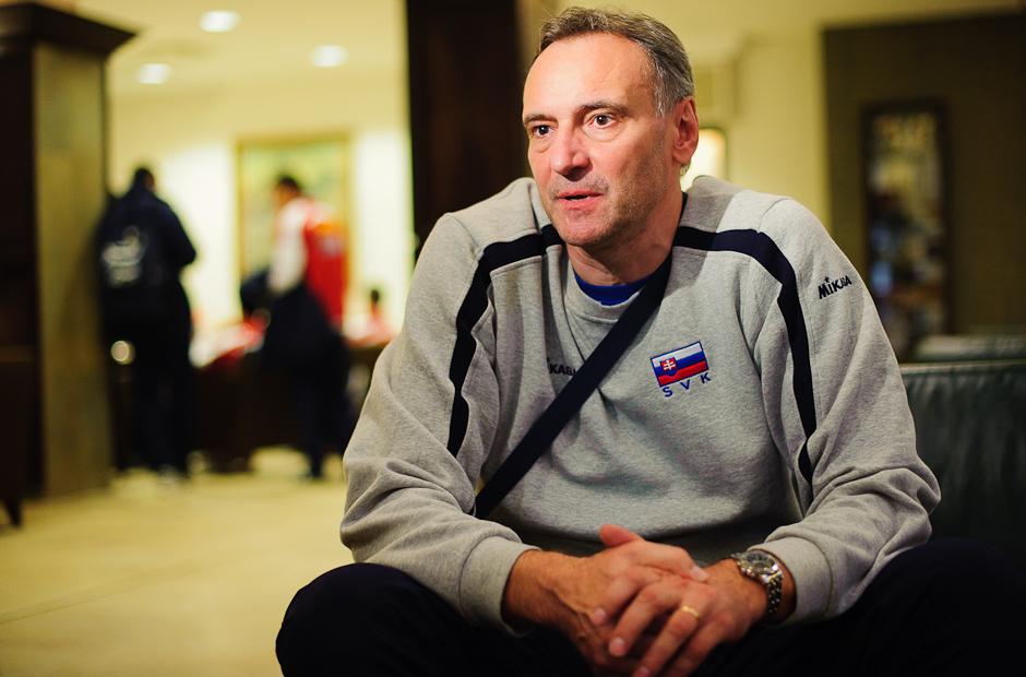 Tréner Štefan Chrtiansky odpovedá na otázky médií počas voľného dňa slovenského volejbalového tímu na Olympíjskej predkvalifikácii v Poprade, Štvrtok 24.11.2011