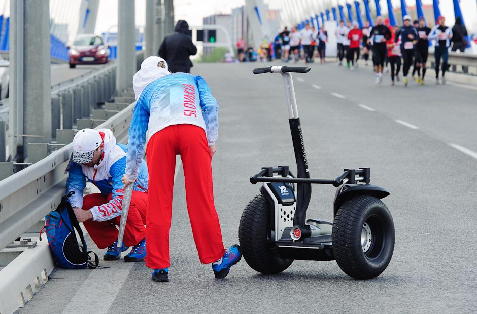 Vyčíňanie silného náporu vetra nezdržala ani olympíjska pochodeň a musel pomôcť zapaľovač, ČSOB Bratislava Marathon 2012, Bratislava, Nedeľa 1.4.2012