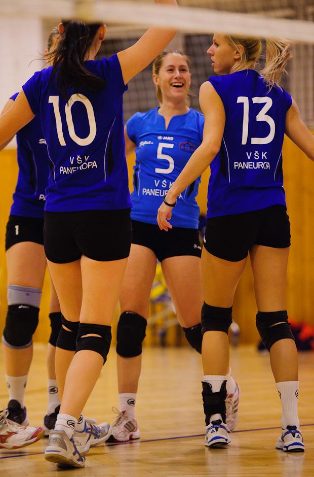 Veronika Plavčanová sa raduje so spoluhráčkami v zápase VŠK Paneurópa - VK Spišská Nová Ves, ktorý Paneurópa vyhrala 3:0. Bratislava, Nedeľa 4.12.2011