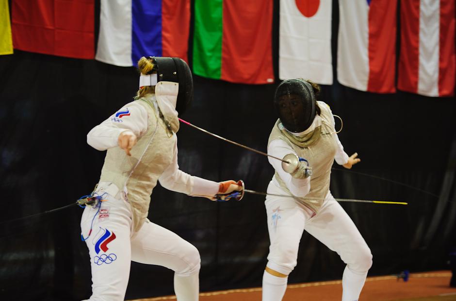 Zásah Nicole McKee (USA, vpravo) proti Viktoria Alexeeva (RUS, vľavo) počas Memoriálu Ferdinand de Martinengo 2011, atletická hala Elán, Bratislava, Sobota 19.11.2011