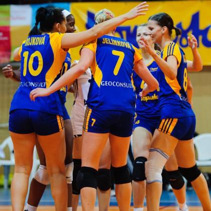 Hráčky Doprastavu po víťaznom konci prípravého zápasu s francúzskym Evreux. Doprastav vyhral 3:1, Hala PKO, Bratislava, 8.10.2011