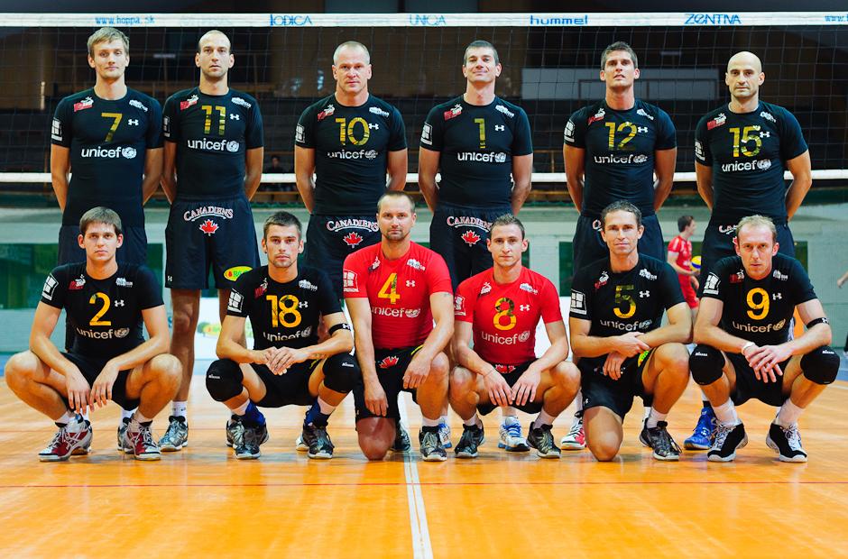 Spoločná fotografia Volley Team Unicef Bratislava pred zápasom proti Trenčínu v Bratislavskom PKO, 9.10.2011