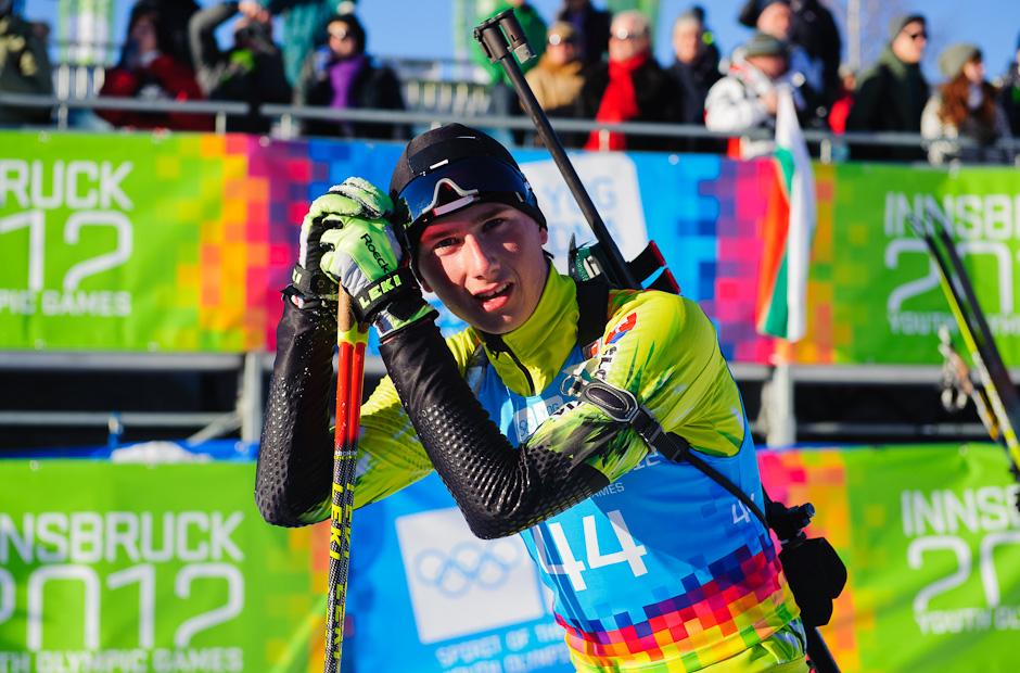 Vytrápený Peter Oravec po stíhacích pretekoch v biatlone počas Zimných Olympíjskych hier mládeže, Seefeld Arena, Innsbruck - Rakúsko, Pondelok 16.1.2012