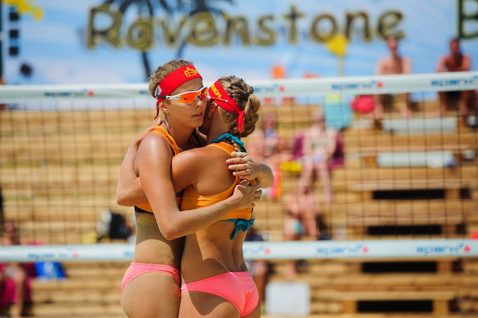Natália Dubovcová (vľavo) s Dominikou Nestarcovou (vpravo) sa tešia po zápase proti Českej dvojici Bonnerova/Hermanova na turnaji Ravenstone Ladies A-Cup 2012, Rabenstein - Rakúsko, Sobota 30.6.2012