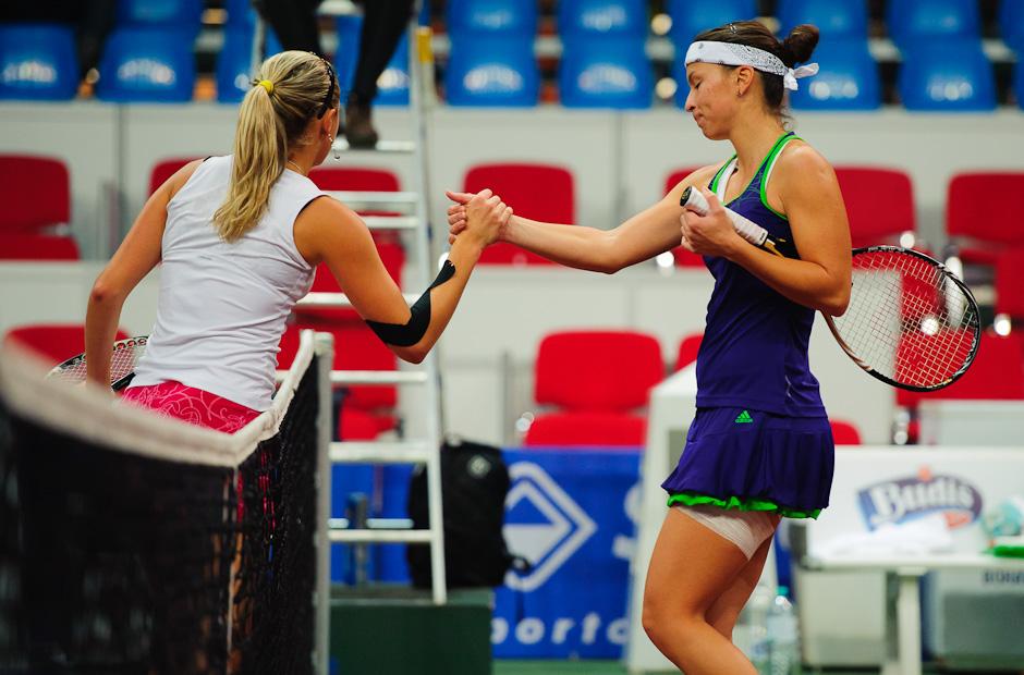 Záverečné podanie rúk Nicole Rottmann (AUT) v zápase prvého kola ITF Slovak Open 2011 proti Jane Čepelovej (SVK), ktorá vyhrala nad rakušankou 6:3, 6:0, NTC Sibamac Aréna, Bratislava, Streda 16.11.2011