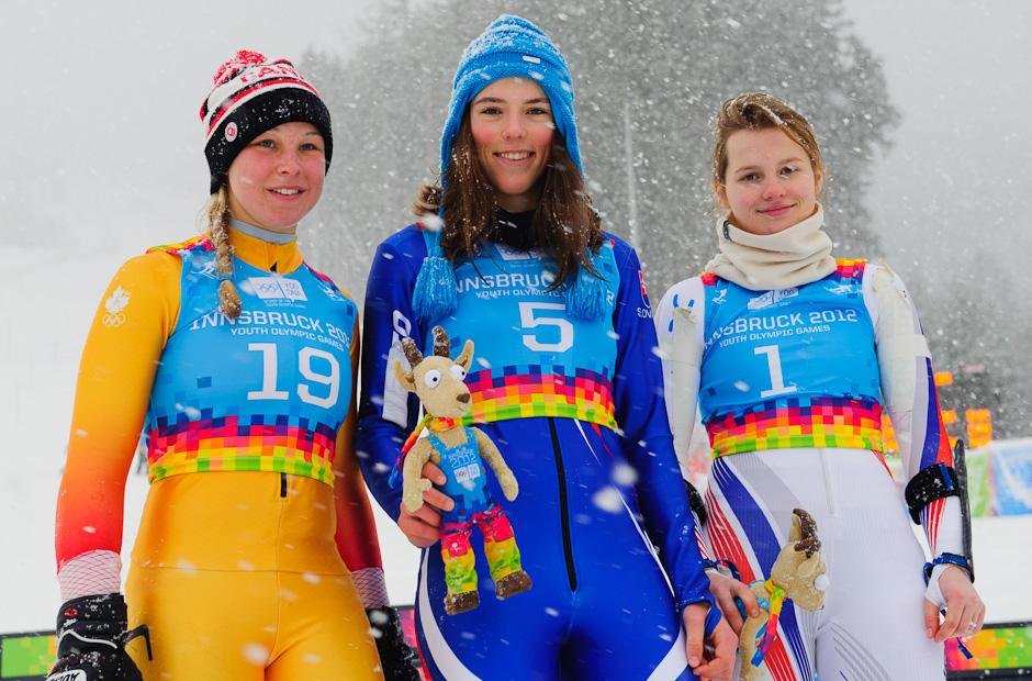 Petra Vlhová (v strede) na stupienku víťazov po zisku zlatej medaily v slalome dievčat, Zimné Olympíske hry mládeže, Innsbruck - Rakúsko, Piatok 20.1.2012